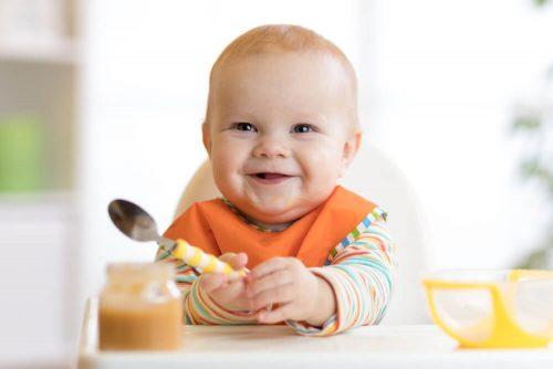 زمان صحیح شروع غذا دادن به نوزاد